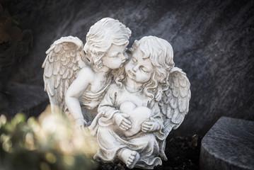 zwei Engel auf einem Grab, innig zusammen