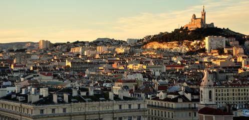 Blick ins Hafenviertel von Marseille mit Notre Dame im Hintergrund