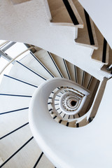 Photo white spiral staircase with many steps and interesting geometry
