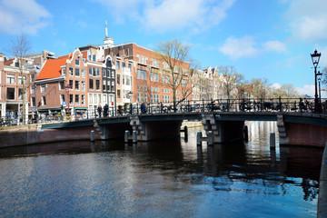 Häuser in Amsterdam vor Brücke und Gracht