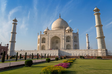 Wall Mural - Taj Mahal - A white marble mausoleum built on the banks of the Yamuna river by Mughal king Shahjahan bears the heritage of Indian Mughal architecture.