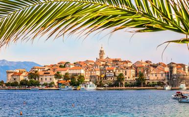 Chorwacja - wyspa Korcula. Miasto Korcula i palmowe liście.