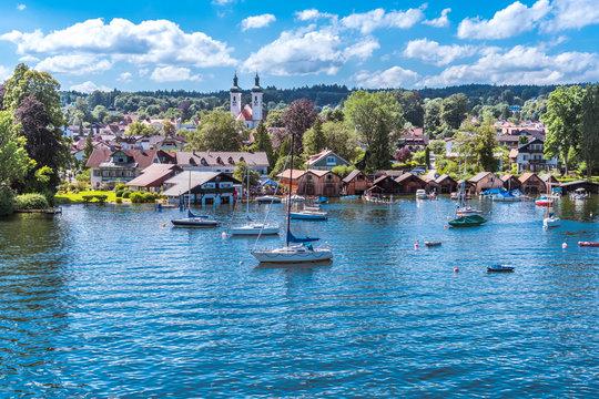 Tutzing am Starnberger See unter weiß-blauem Himmel und Segelyachten in der Bucht
