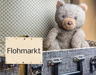 Flohmarkt Schild Antiker Koffer mit Bär
