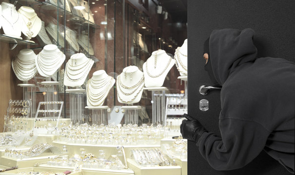 Man wearing a mask robbed a jewelry store