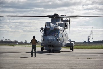 Hélicoptère Merlin et opérateur de la Royal Navy