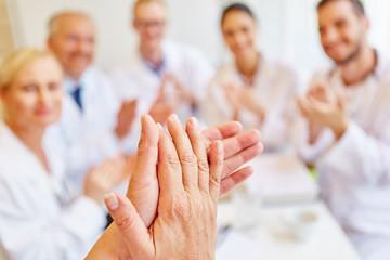 Ärzte klatschen in einem Meeting