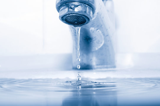Water tap with falling drops