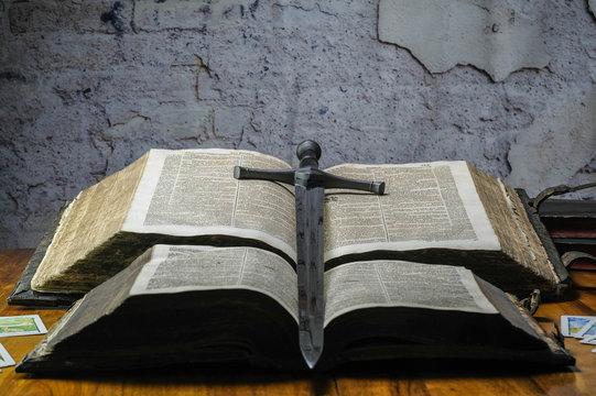 Schwert und Buch der Kreuzritter