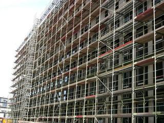 Baugerüst auf einer Großbaustelle zur Errichtung eines modernen Bürokomplex am Mittelhafen in Münster in Westfalen im Münsterland
