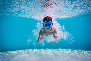 Papiers peints Plongée Boy dive in swimming pool