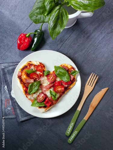pizza herzen mit tomaten stockfotos und lizenzfreie bilder auf bild 141569974. Black Bedroom Furniture Sets. Home Design Ideas