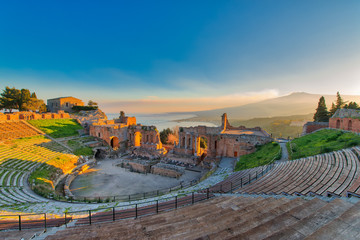Ancient theatre of Taormina with Etna erupting volcano at sunset Fototapete