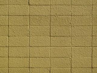 黄色くペイントされたコンクリートブロック