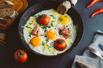 Fried eggs with tomatoes and bacon