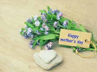 happy mother's day,sur étiquette sur fond bois, et bouquet et coeur galets