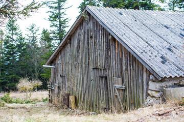 alte Holzscheune mit vershlossener Tür