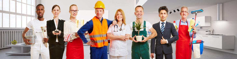 Arbeiter und Business Team vor Appartment Loft