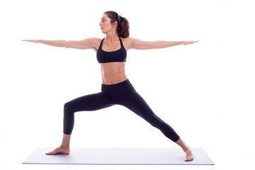 ragazza bellissima pratica yoga in studio su fondale bianco