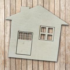 symbole maison sur fond bois