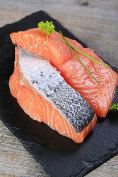 pavé de saumon sur fond en bois