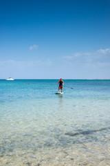jolie jeune femme sur son surf