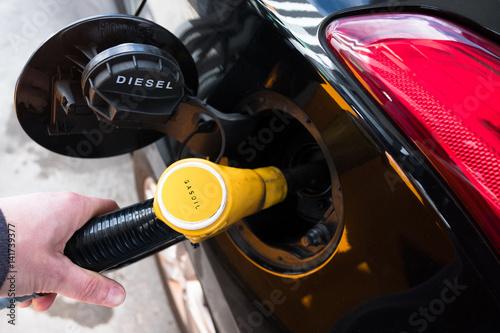 gasoil essence carburant moteur prix hausse pompe plein voiture automobile budget rouler. Black Bedroom Furniture Sets. Home Design Ideas