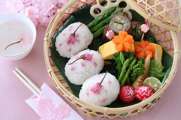 桜おにぎりのお花見弁当