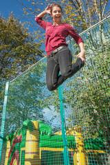 Junge Frau hat Spaß auf dem Trampolin