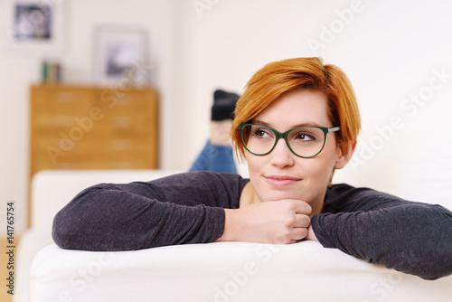 sch ne frau mit brille entspannt auf dem sofa stockfotos und lizenzfreie bilder auf fotolia. Black Bedroom Furniture Sets. Home Design Ideas