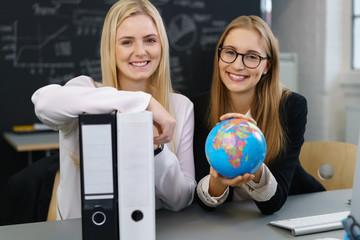 studentinnen mit weltkugel und akten
