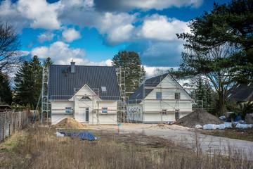 Eigenheime im Bau auf Waldgrundstück
