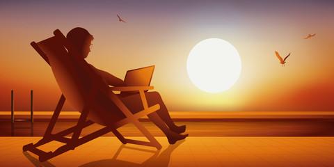 piscine - détente - vacances - chaise longue -ordinateur - coucher de soleil