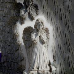 betende engelsfigur an einem grabstein, fotografisch verfremdet