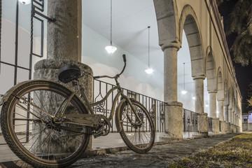 Fahrrad, Nacht, Säulengang