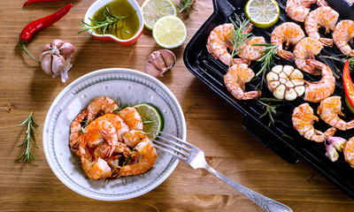Shrimps roasted with lemon and garlic  on grill pan.