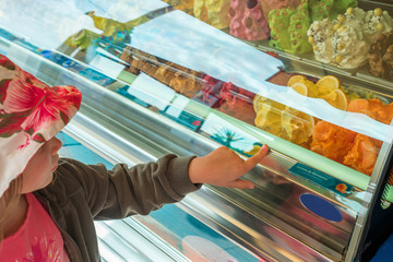 enfant choisissant sa glace