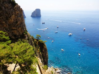 Vista parziale dei faraglioni nel golfo di Capri.