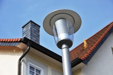 Moderne Straßenlampe vor Gebäude