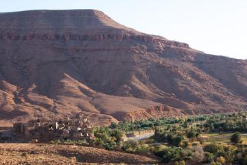 village sans la vallée avec des palmiers au milieu des montagnes