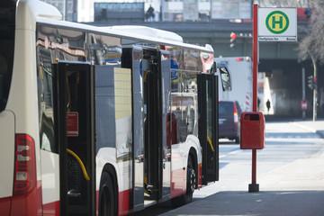 Bus an einer Bushaltestelle