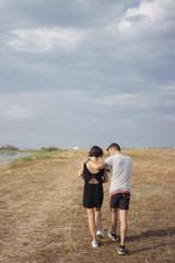 famille balade à la plage avec bébé parents tatoués