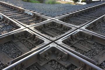 Perpendicular diamond train level junction