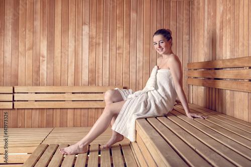 junge frau in der sauna zdj stockowych i obraz w royalty free w obraz 141973326. Black Bedroom Furniture Sets. Home Design Ideas