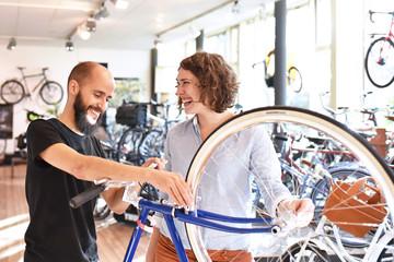 Happy people in a bicycle shop // glückliche Menschen in einem Fahrradgeschäft