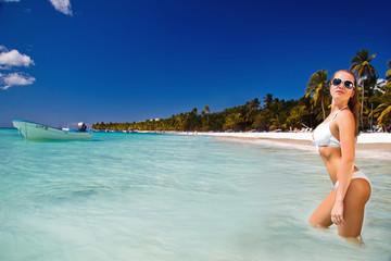 девушка в белом бикини в голубой воде