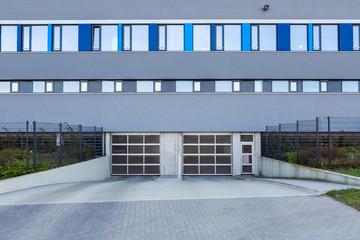 Bürogebäude mit Einfahrt Tiefgarage
