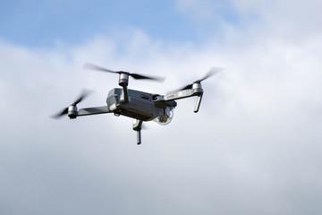 Drohne mit drehenden Propellern in der Luft