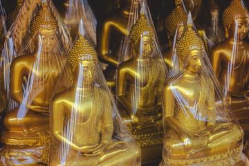 Buddhas in Folie eingepackt.