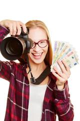 Frau beim Geld verdienen als Fotograf